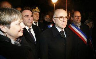 Bernard Cazeneuve, le président du Consistoire central israélite de France Joël Mergui et la maire de Bagneux Marie-Hélène Amiable, lors d'une cérémonie marquant le 10e anniversaire de la mort d'Ilan Halimi à Bagneux, le 13 février 2016