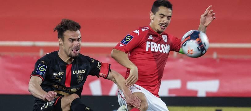 Damien Da Silva, ici à la lutte avec Wissam Ben Yedder, a sans doute disputé son dernier match avec le Stade Rennais.
