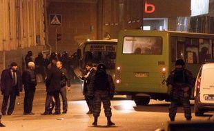 """Des policiers ukrainiens anti-émeutes bloquent l'accès des locaux d'un groupe radical, """"le Patriote de l'Ukraine"""", le 15 mars 2014 à Kharkiv"""