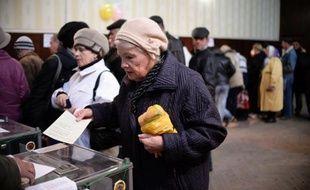 Une femme en train de voter dimanche 14 mars 2014 à Bakhtchissaraï, une partie de la Crimée où vivent les Tatars qui ont boycotté le référendum sur le rattachement à la Russie