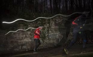 Lors du trail de la Saintélyon les participants prennent le départ de la course à minuit.