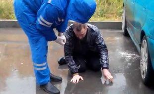 Capture d'écran d'une vidéo YouTube montrant un consommateur d'une nouvelle drogue de synthèse en Russie.