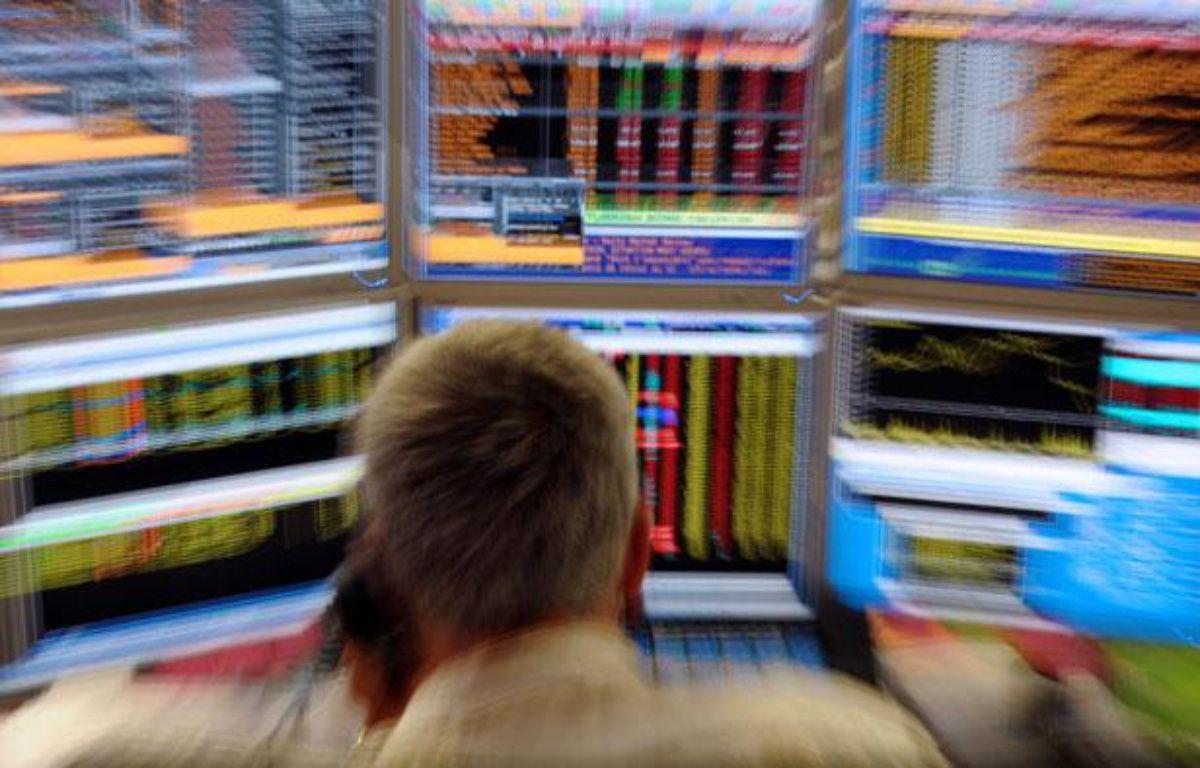 Un trader observe son écran dans les bureaux de la compagnie Aurel BGC à Paris le 18 aout 2011 – AFP PHOTO ERIC PIERMONT