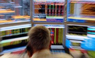 Un trader observe son écran dans les bureaux de la compagnie Aurel BGC à Paris le 18 aout 2011