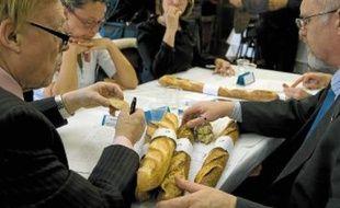 Le jury a étudié l'aspect, la cuisson, le goût, l'odeur et la mie des 124 baguettes en lice.
