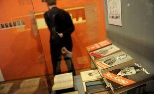 """""""Mon Combat"""", rédigé par le Führer lors d'un séjour en prison en 1924 après une tentative de putsch, n'est pas interdit par la loi. Mais depuis la fin de la Seconde guerre mondiale, le ministère des Finances de l'Etat régional de Bavière détient les droits d'auteur sur cet ouvrage qui contient notamment des éléments autobiographiques et l'idéologie du nazisme. Et il veille strictement à ce qu'il ne soit pas réédité pour éviter leur exploitation éventuelle par des groupes néo-nazis."""