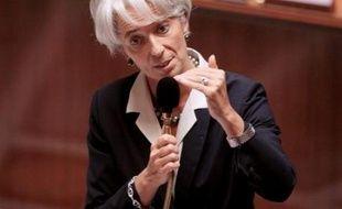 """La ministre de l'Economie Christine Lagarde a annoncé lundi qu'elle allait convoquer les sociétés pétrolières à Bercy pour leur demander de s'engager à """"lisser"""" les hausses des prix des carburants."""