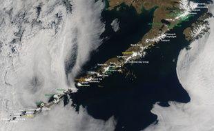 Une photo prise par un satellite de la Nasa montre 52 des volcans potentiellement actifs des Îles Aléoutiennes, en Alaska.