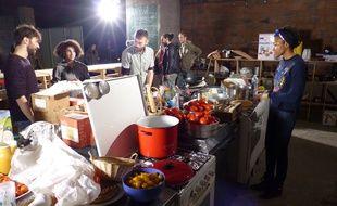 Branle-bas de combat au Freegan Poney, un squat porte de la Villette transformé par ses occupants en restaurant.