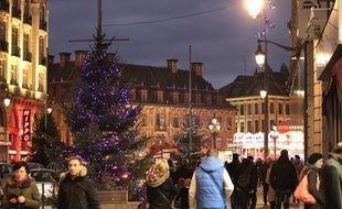 Lille, le 1er decembre 2013. Le centre ville commence a s'illuminer aux couleurs de Noel.