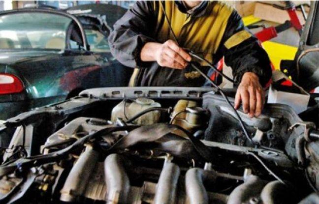 Un mécanicien automobile en action (illustration).