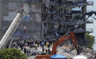A Surfside (Floride), une semaine après l'effondrement d'un immeuble, les recherches de survivants se poursuivent, de plus en plus désespérées.