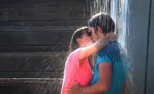 Il joue avec des inconnues le classique baiser sous la pluie des comédies romantiques.
