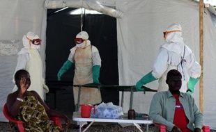 Un centre de traitement contre le virus Ebola géré par la Croix Rouge près de la ville de Kenama, au Sierra Leone, le 15 novembre 2014