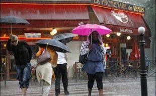 L'été pluvieux et plutôt frais fait le bonheur des vendeurs d'imperméables, tandis que les Français boudent ventilateurs, crèmes solaires et terrasses de cafés, mais l'impact global sur la consommation reste incertain.