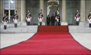 La passation de pouvoirs entre le président élu Nicolas Sarkozy et le président sortant Jacques Chirac qui intervient  mercredi, ouvre  une séquence politique qui se poursuivra avec la formation du gouvernement, puis les élections législatives.