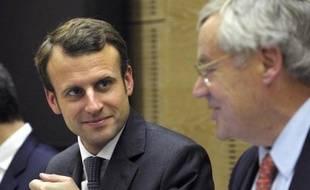 Le ministre de l'Economie Emmanuel Macron en compagnie du président de la commission des Affaires économiques du Sénat, Claude Lenoir, à Paris le 19 novembre 2014