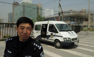 """Le militant des droits civiques Chen Guangcheng a quitté """"de son plein gré"""" l'ambassade des Etats-Unis où il avait trouvé refuge pendant six jours, a rapporté mercredi l'agence Chine nouvelle."""