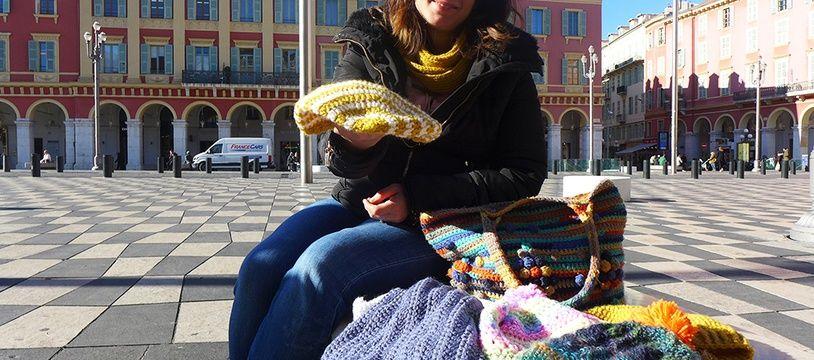 Elodie Bistarelli va distribuer des bonnets et des écharpes aux sans-abri niçois.