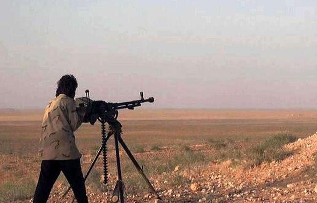 Un djihadiste de Daesh tire à la mitrailleuse lourde dans la région de Palmyre