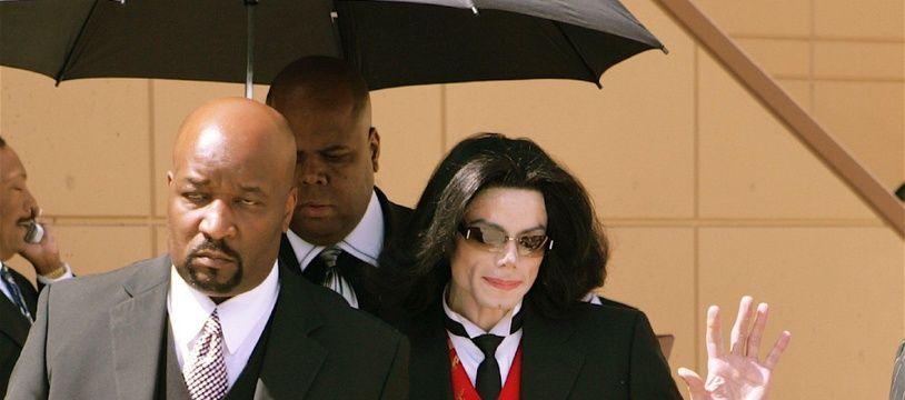 Le chanteur Michael Jackson à la sortie du tribunal de Santa Maria en 2005