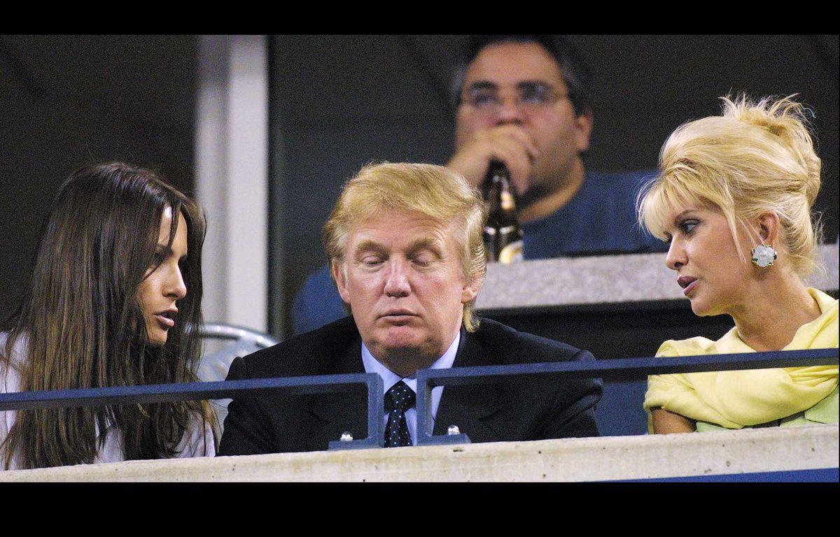 Donald Trump entre Melania Knauss, devenue depuis Melania Trump, et son ex-épouse Ivana Trump, à New York en 2001. – CATUFFE/SIPA