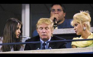 Donald Trump entre Melania Knauss, devenue depuis Melania Trump, et son ex-épouse Ivana Trump, à New York en 2001.
