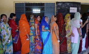 Des électrices indiennes attendent leur tour pour voter dans le village de Dabua, près de Faribadad, le 10 avril 2014, pour la troisième des neuf phases de vote prévues jusqu'au 12 mai pour renouveler le parlement indien