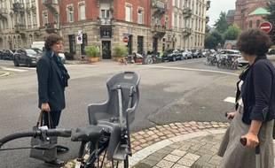La maire de Strasbourg Jeanne Barseghian lors d'une déambulation dans la Neustadt montrant à la presse les difficultés des usagers de la voirie dans le quartier. Le 16 septembre 2021.