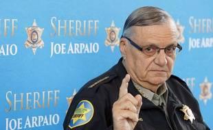 Joe Arpaio, sherif controversé, pour ses contrôles musclés contre les Hispaniques, a été gracié par Donald Trump.