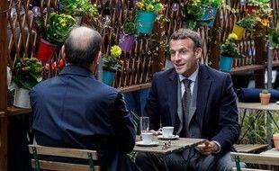 Emmanuel Macron et Jean Castex mercredi matin à la terrasse d'un café.