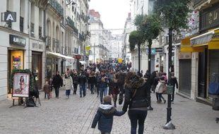 Des passants rue de la Barilleri, à Nantes