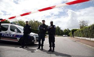 Des policiers à Magnanville (Yvelines), sur les lieux de l'assassinat de deux policiers, le 14 juin 2016.