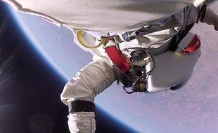 Capture d'écran d'une vidéo mise en ligne sur YouTube le 31 janvier 2014 montrant des images inédites du saut de Felix Baumgartner.