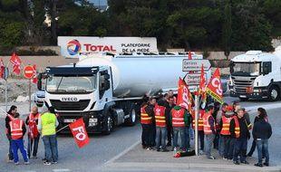 Des routiers bloquant la raffinerie Total de La Mede, près de Marseille, en 2017.