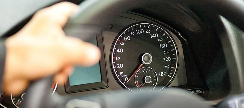 Un conducteur au volant d'une voiture. Illustration.