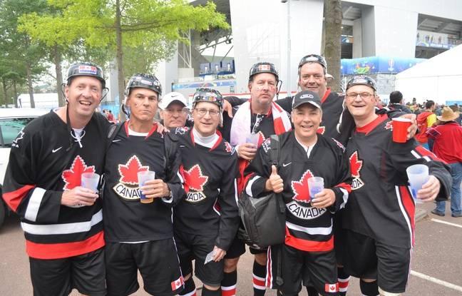Ces huit amis ont fait le voyage depuis Montréal pour assister à six matchs de l'Euro en huit jours en France.