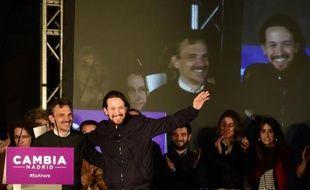 Le leader de Podemos, Pablo Iglesias (d), à côté du candidat du parti antilibéral pour la région de Madrid, José Manuel Lopez, le 24 mai 2015 à Madrid