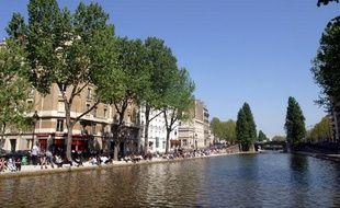 Des Parisiens profitent du soleil le long du Canal Saint-Martin.