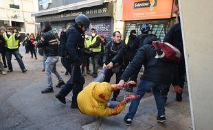 Une personne interpellée lors de la manifestation des « gilets jaunes », à Marseille