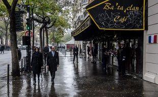 François Hollande et Anne Hidalgo, la maire de Paris arrivent pour dévoiler la plaque commémorative un an après les attentats du 13 novembre 2015, à Paris le 13 novembre 2016.