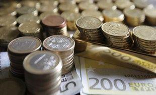 Illustration de pièces et de billets en euros.