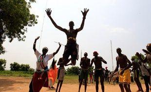 Des Soudanais font une démonstration de danses traditionnelles pour célébrer l'indépendance du Sud-Soudan, le 6 juillet 2011.