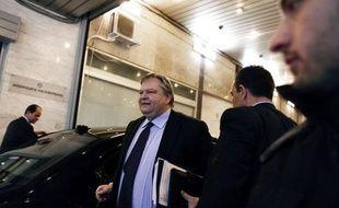 La négociation en vue de restructurer la dette grecque et d'éviter une faillite du pays se poursuivait vendredi vers 22H00 GMT au palais du Premier ministre entre les créanciers privés du pays et les principaux responsables du gouvernement, a constaté une journaliste de l'AFP.