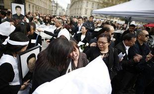 Environ 6 000 personnes se sont à nouveau rassemblées ce dimanche place de la République à Paris, après la mort de Shaoyo Liu, ressortissant chinois tué à son domicile par la police.