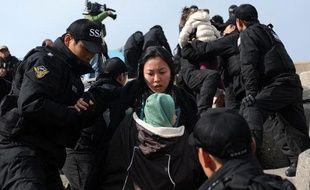 Des gardes-côtes sud-coréens évacuent des habitants de l'île de Yeonpyeong, le 24 novembre 2010.