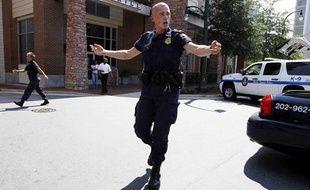 Un policier tente de faire respecter le prémimètre de sécurité autour du siège de Discovery Channel à Silver Spring le 1er septembre 2010.