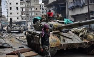 Alep (Syrie), le 14 décembre 2016. Des militaires de l'armée régulière avancent pour reprendre les quartiers tenus par les rebelles.