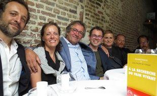 Le livre vainqueur du prix Mange Livre 2018 et les membres du jury, François-Régis Gaudry, Claire Heitzler, Olivier Roellinger, Pascal Barbot, Sonia Ezgulian, Nicolas Pourcheresse et San Degeimbre.