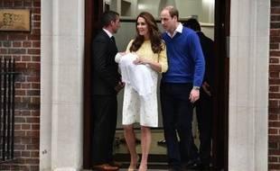 Le prince William et sa femme Kate présentent leur nouveau-né à la foule devant l'entrée de la maternité de l'hôpital St Mary, le 2 mai 2015